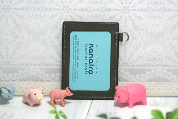 豚パスケース なないろレザークラフト