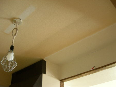 入居時からついていた照明を外した跡がくっきり。