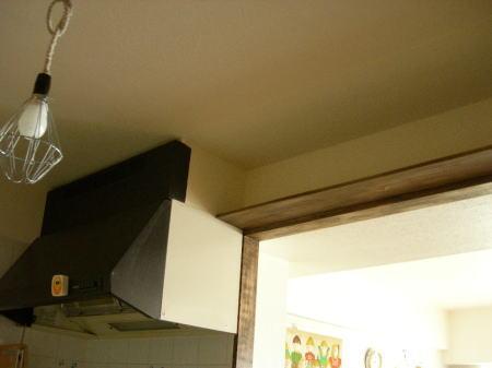 キッチン中、枠の上に照明取り付け用に棚を設置。