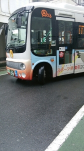 路地からコミュニティバスが出現!