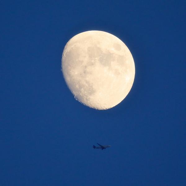 月に飛行機