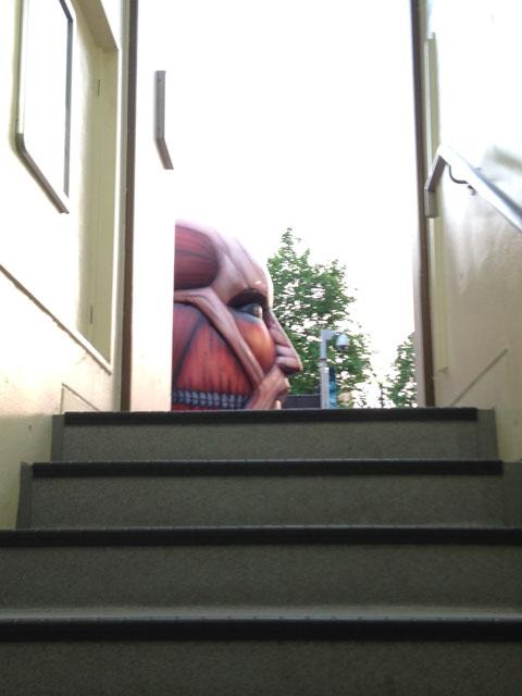城壁から顔を出す大型