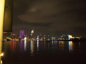 船から見るホーチミンの夜景