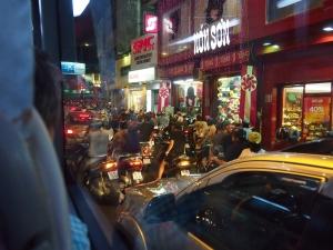 バイクがいっぱい!みなさんマスクをつけています。