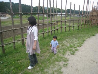 長篠柵の前で