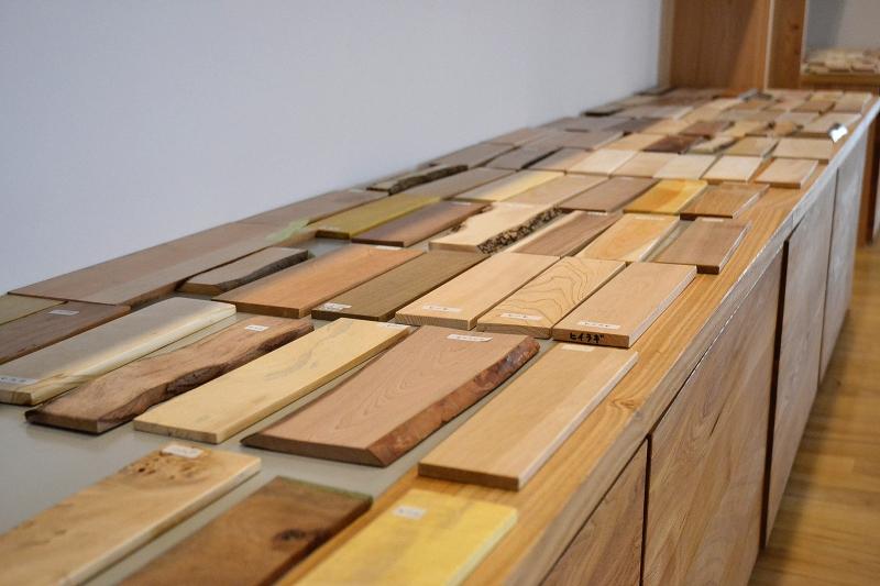ずらりと会場に並んだ木材サンプル