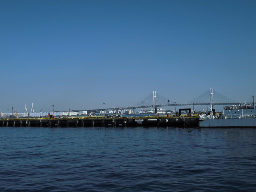 横浜ハンマーヘッドからの横浜ベイブリッジと鶴見つばさ橋