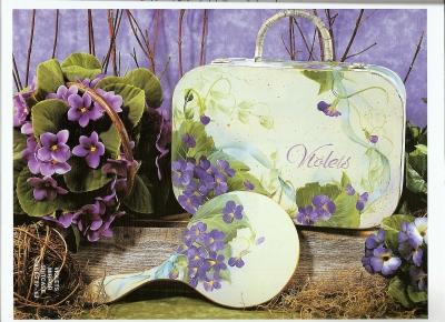 菫のバッグと鏡の画像