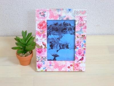 ピンク色のデコパージュ(デコパッチ)のフォトフレームを正面から撮った画像