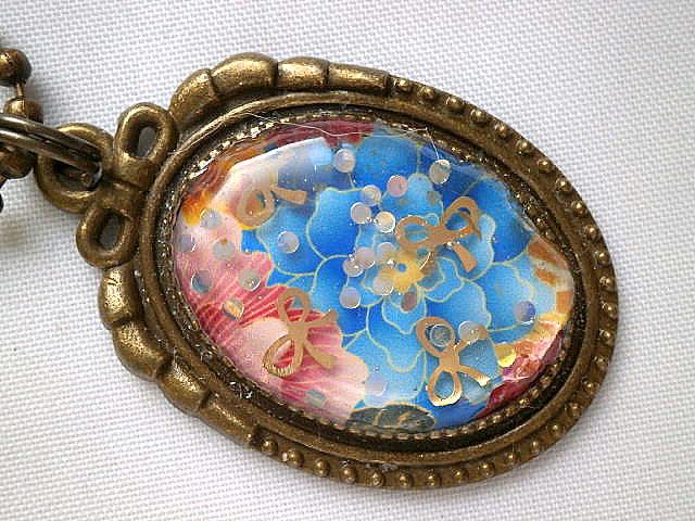 青い牡丹の和柄のバッグチャームのアップ画像