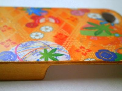 オレンジ色の和柄のスマホケースを横から撮った画像