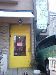 ジェフリーフルビマーリの新ショップ 代官山 インパクトのあるイエローのドアと一緒にごきげんです!!