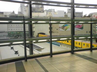 渋谷ヒカリエの4Fのアーバンコアから望む渋谷駅周辺銀座線発着所黄色が眩しい1000系が通過!
