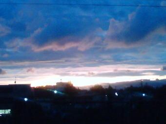 台風が連れてきた重たい雲たちが夕暮れにかかります…