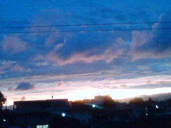 空の雲の色と沈む太陽の真っ赤な光が引き立てあいます…