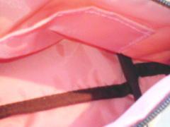 中のピンクの裏地に茶色のパイピング付きで内ポケットもあり嬉しい