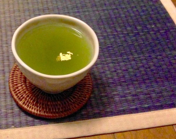 無病息災を願い年初めに飲む縁起モノのお茶は金粉入りです