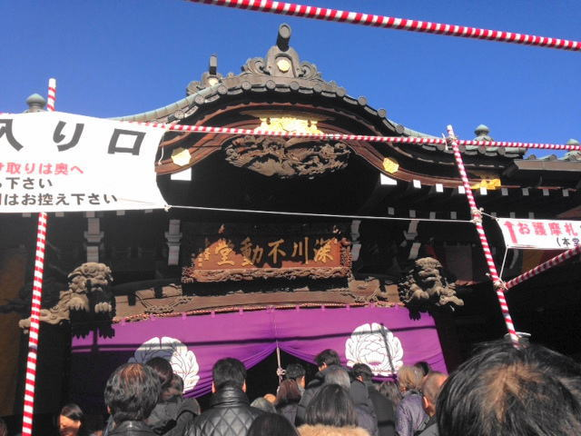 深川不動尊本堂前、参拝で毎年長蛇の列…!!