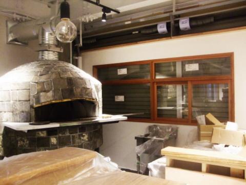 ピザ窯と窓