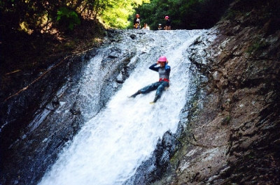 シャワークライミング  ウォータースライダー滝滑り 沢登り