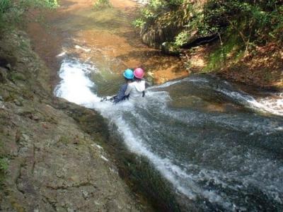 シャワークライミング ウォータースライダー滝滑り 2人で