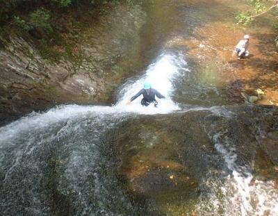 シャワークライミング ウォータースライダー滝滑り 後ろ向きに