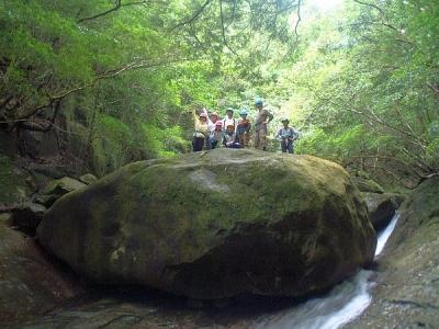 シャワークライミング 沢登り教室 巨石の上で