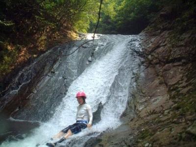 シャワークライミング ウオータースライダー滝滑り
