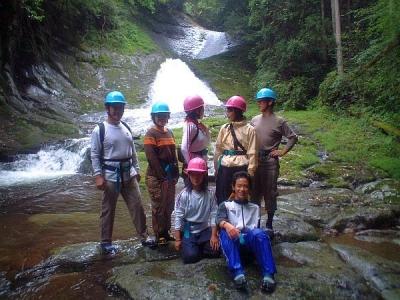 シャワークライミング 沢登り教室 ナメ滝の前で記念写真