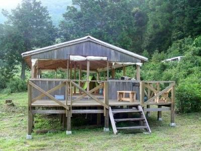 エコキャンプ熊野 ダイニング&キッチンとウッドデッキ