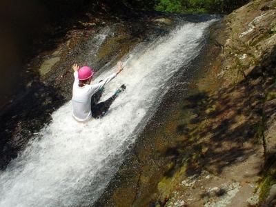 シャワークライミング ウォータースライダー 滝滑り