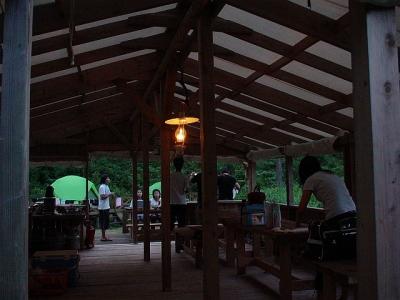 エコキャンプ熊野 日没のダイニングキッチン風景