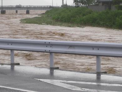 豪雨で増水した佐分利川