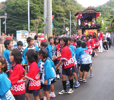 山車を引く小学生たち