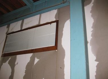 雨がしみこんできた倉庫壁面