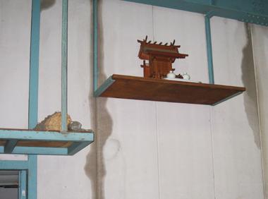 雨がしみこんできた倉庫壁面神棚付近