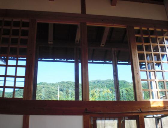 遊茶庵 暖炉の部屋の窓の景色