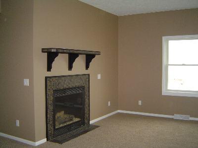 玄関を入るとそこは暖炉のあるリビングルーム