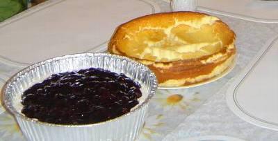 ガールフレンドのブルーベリーパイと母のチーズケーキ