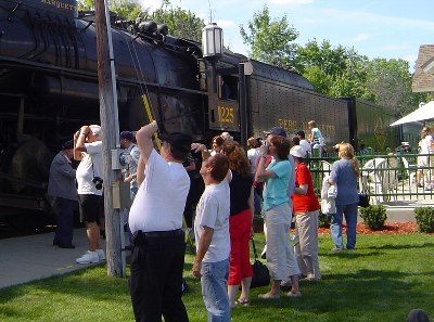 郷愁をそそる汽車にカメラを向ける人たち