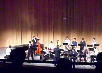 ミシガン州代表オーナジャズバンド2008大観衆の前でトランペットソロ