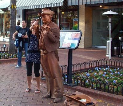 銅像かと思ったら、大道芸人のおじさんだった。