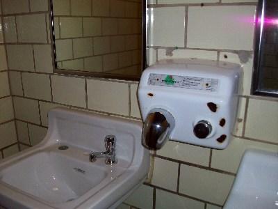 地底深くに水洗トイレ