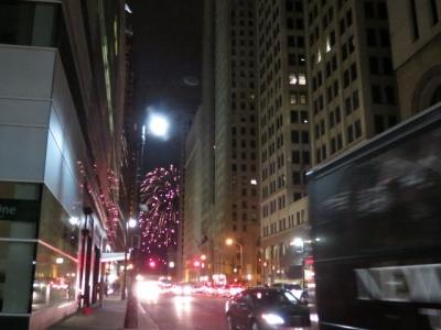ダウンタウンのビルの隙間から花火も。