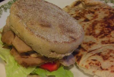 ローストポークのあまりで作ったマフィンサンドと、野菜炒めとポークのエンチラダス風BBQ味?