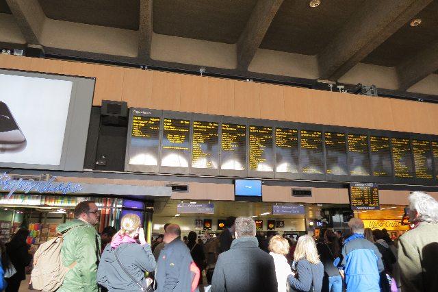 プラットフォームを確認のために、駅ではみんな上を見ていた