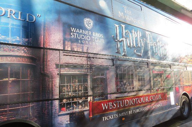ハリーポッターの派手なバスが待っている