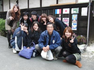 関西外国語大学の担当先生と学生たち