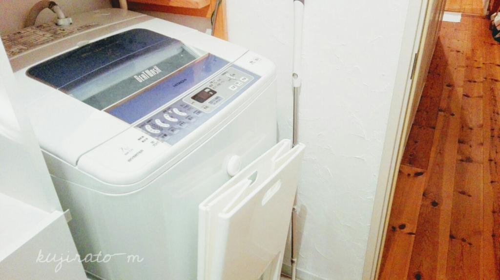カバーのかかっていない、普通の縦型洗濯機。
