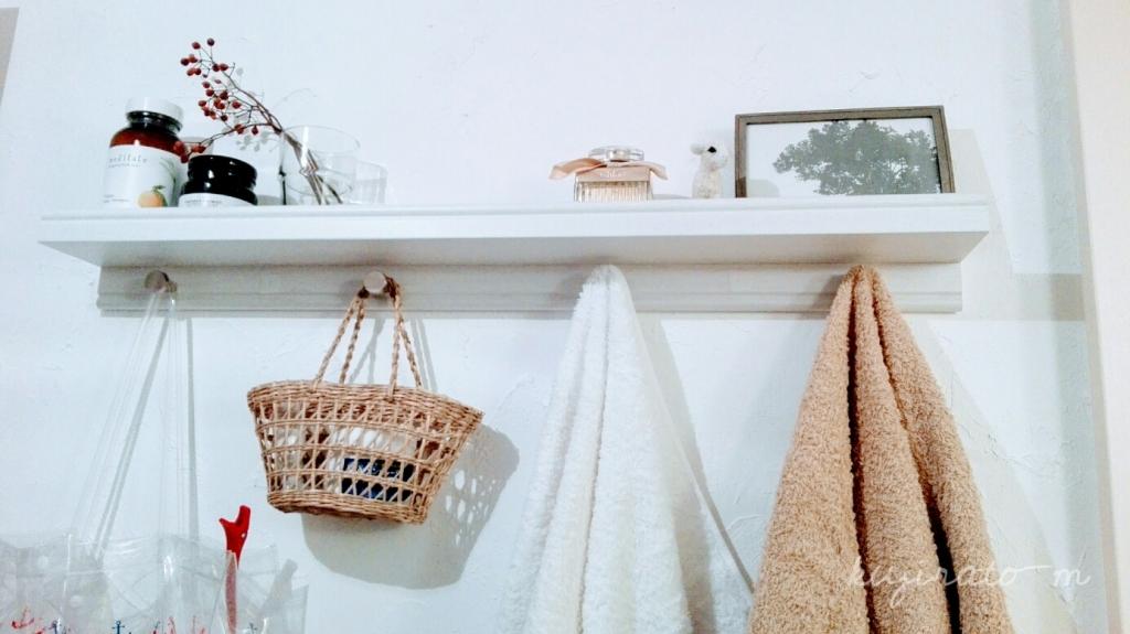 イケアのアート飾り棚に、小さなステンレス取っ手を付けたバスタオル掛け